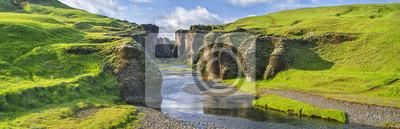 Greenhills z kanionu z rzeki i nieba w Islandii