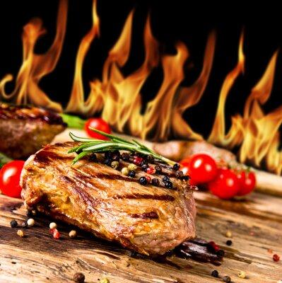 Obraz Grillowane steki wołowe z płomieni na tle