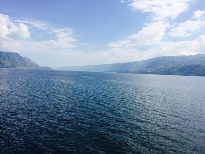 Obraz Großer See mit Bergen und blauen Himmel