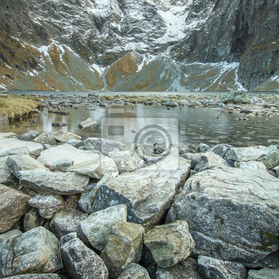 grupa kamieni przed jeziorem