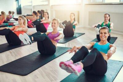 Obraz Grupa młodych kobiet robi ćwiczenia na abs