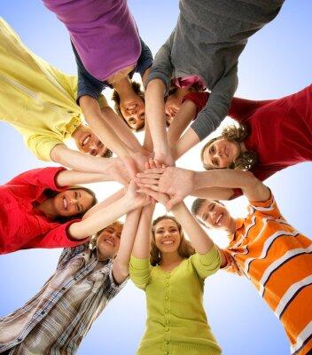 Obraz Grupa nastolatków szczęśliwy trzymając się za ręce razem