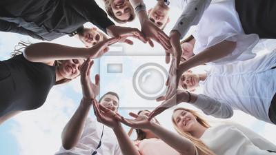 Obraz Grupa uczniów szkół średnich patrzy przez kształt koła utworzonego z ich dłoni. Pojęcie przyjaznych przyjaciół.