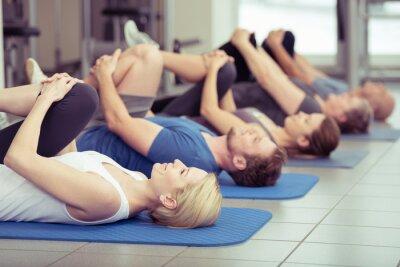 Obraz gruppe macht dehnübungen im fitness-center