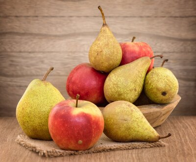Obraz Gruszki i jabłka na stole drewna