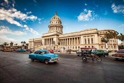 Obraz Hawana, Kuba - 07 czerwca 2011: Stare klasyczny amerykański przejazdy samochodów w f
