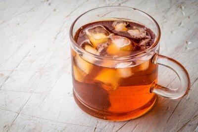 Obraz Herbata z lodem na białym zarysowany tabeli