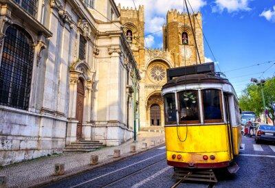 Obraz Historyczny żółty tramwaj przed katedrą lizbońskiego, Lizbona,