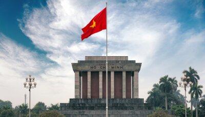 Obraz Ho Chi Minh Mauzoleum w Hanoi z czerwoną flagą komunizmu
