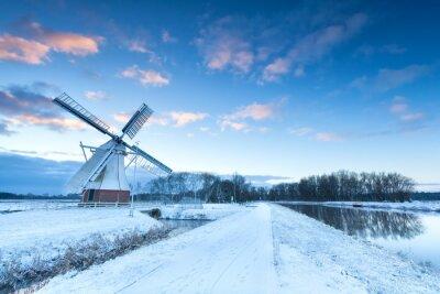 Obraz Holenderski wiatrak w śniegu zimą