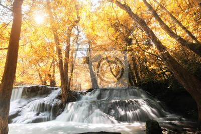 Huay MaeKamin wodospad jest piękny wodospad w lesie jesienią,