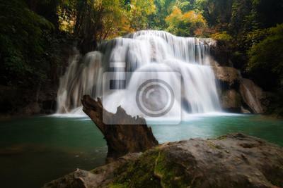 Huay MaeKamin wodospad jest piękny wodospad w lesie jesienią, w prowincji Kanchanaburi, Tajlandia.
