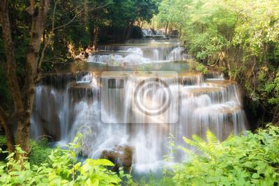 Huay MaeKamin wodospad jest piękny wodospad w lesie tropikalnym