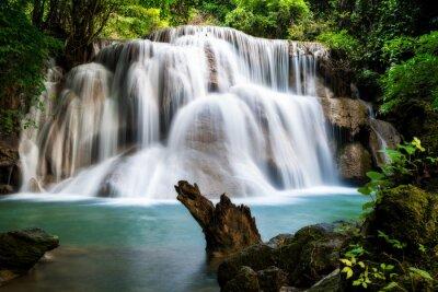 Huay MaeKamin wodospad jest piękny wodospad w tropikalnych fores
