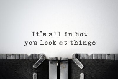 Obraz Inspirujący cytat wpisany na starej maszynie do pisania.