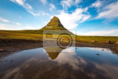 Islandia, Półwysep Seljalandsfoss. Góra kirkjufell refleksji nad wodą