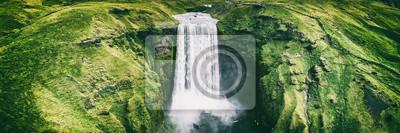 Obraz Islandia wodospad Skogafoss banner nature landscape. Panoramiczny miejsce przeznaczenia w Islandzkiej sławnej światowej punkt zwrotny atrakci turystycznej na Południowym Iceland. Widok z lotu ptaka dr