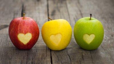 Obraz Jabłka z wygrawerowanym sercem