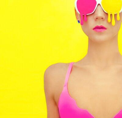 Obraz jasny dziewczyna w ekskluzywnych kolorowe okulary