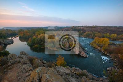 jesienią krajobraz z zakrętu rzeki