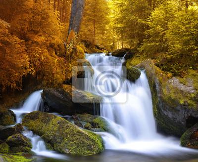 Jesienny krajobraz z wodospadem