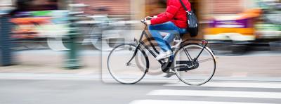 Obraz jeździec rowerowy w mieście w ruchu rozmycie