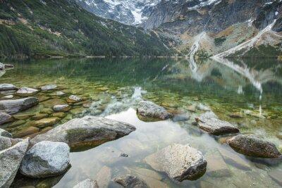 kamienie w cichej wody