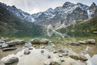 kamienie w czystym jeziorem