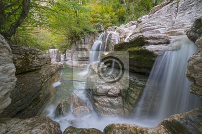 kanion z kilkoma wodospadami