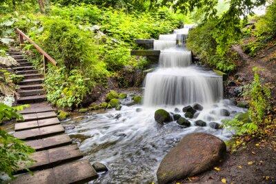 Kaskadowy wodospad w parku Planten un Blomen w Hamburgu