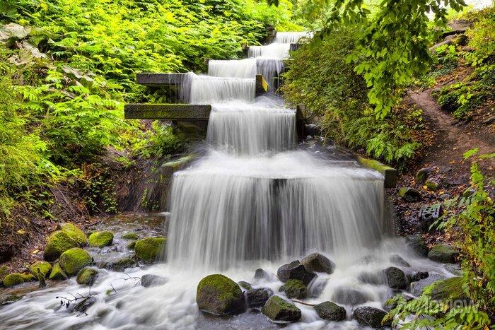 Obraz Kaskadowy wodospad w parku Planten un Blomen w Hamburgu