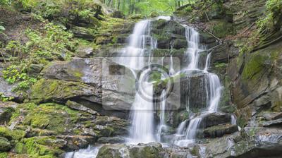 kaskady wielkiego wodospadu na ścianie skał