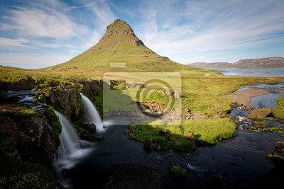 Kirkjufell i wodospad, zielony krajobraz. Półwysep Snaefellsnes, Islandia