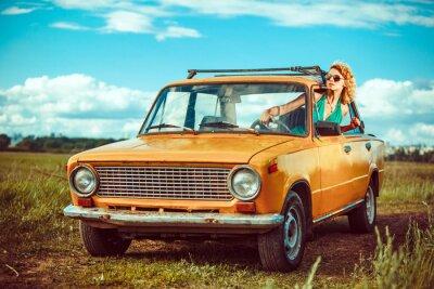 Obraz Kobieta jedzie stary żółty samochód. Terenowych.
