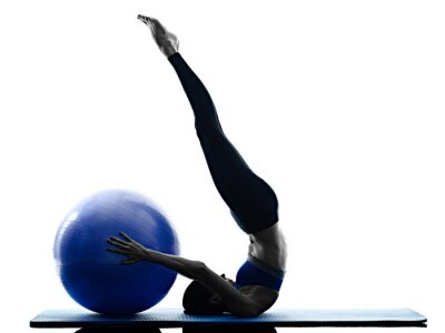 Obraz kobieta pilates ball fitness ćwiczenia izolowane