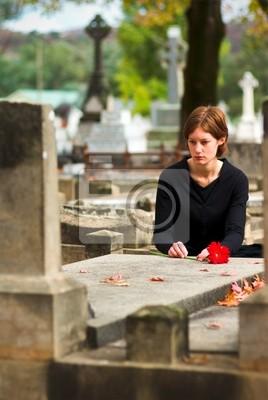 kobieta r. kwiaty na grób