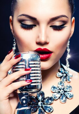 Obraz Kobieta Singer z mikrofonem retro. Vintage Style