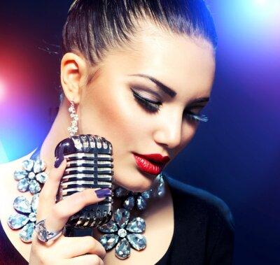 Obraz Kobieta śpiewa z mikrofonem retro