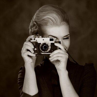 Obraz Kobieta w klasycznej sukni z retro aparatu.