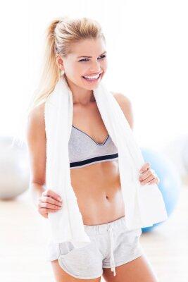 Obraz Kobieta z ręcznikiem na siłowni