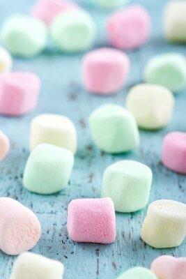 Obraz Kolorowe małe marshmallows na tle drewniane
