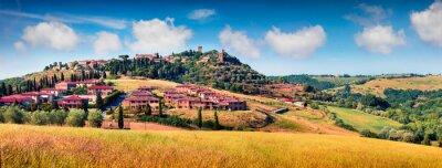 Obraz Kolorowy widok wiosny miasta Pienza. Malownicza ranek panorama Tuscany, San Quirico d'Orcia, Włochy, Europa. Piękno wsi pojęcia tło.