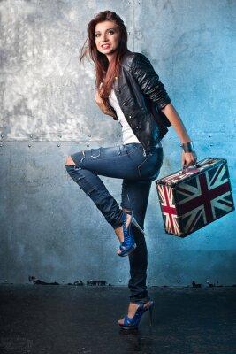 Obraz Kołysać się młoda kobieta z walizką z brytyjskiej flagi