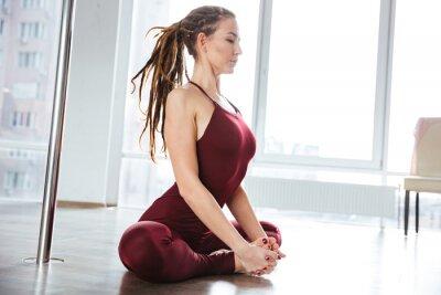 Obraz Koncentruje się ładna kobieta robi joga w studio