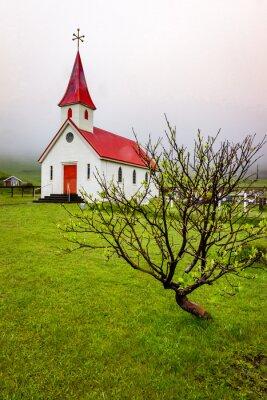 Kościół w Islandii przed deszczem i zasłoną dymną