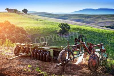 Obraz Krajobraz Toskanii na wschodzie słońca. Retro, starych maszyn rolniczych na toska? Skich wzgórzach. Włochy