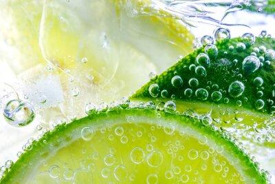 Obraz Kropla cytryny w gazowanej wodzie gazowanej, orzeźwienie soku