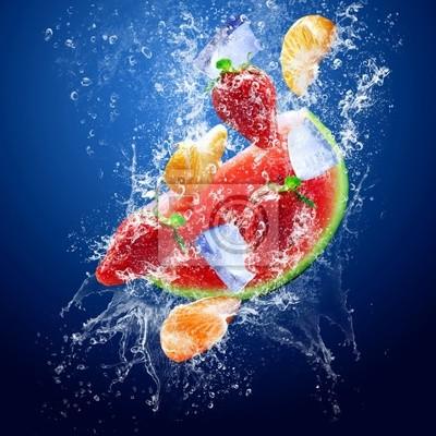 Obraz Krople wody wokół owoców pod wodą