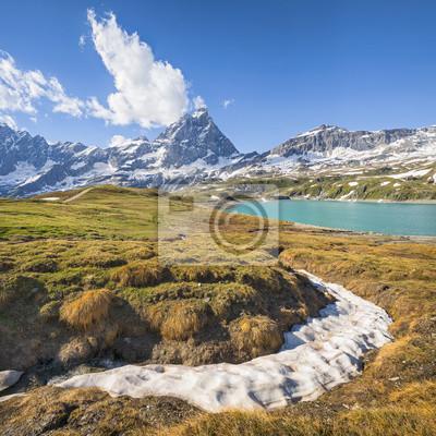 lodem i widokiem na jezioro i góry szczyt we Włoszech