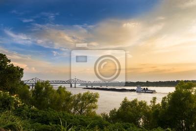 Łódka popychacza w rzece Missisipi w pobliżu mostu w Vicksburg Vicksburg, Mississippi, USA.